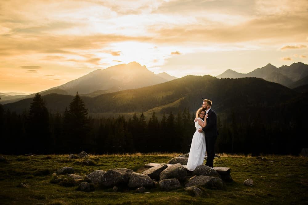 wschód słońca, tatry, góry, rusinowa polana, para młoda, przytuleni, plener ślubny